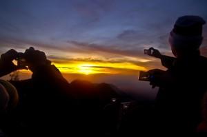 Indonezija-Sauletekis virs ugnikalnio