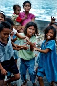 Indonezija-Vaikai papludimyje-2
