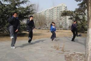 kinai rytais mankštinasi prie namų